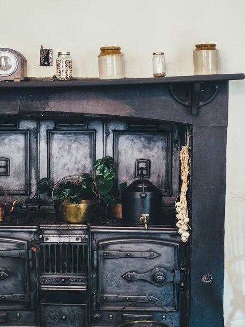 Ciemna szafka ze słoikami, styl prowansalski
