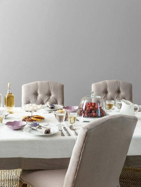 Biała jadalnia z krzesłami, styl prowansalski