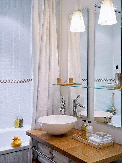 mała jasna przytulna łazienka skandi