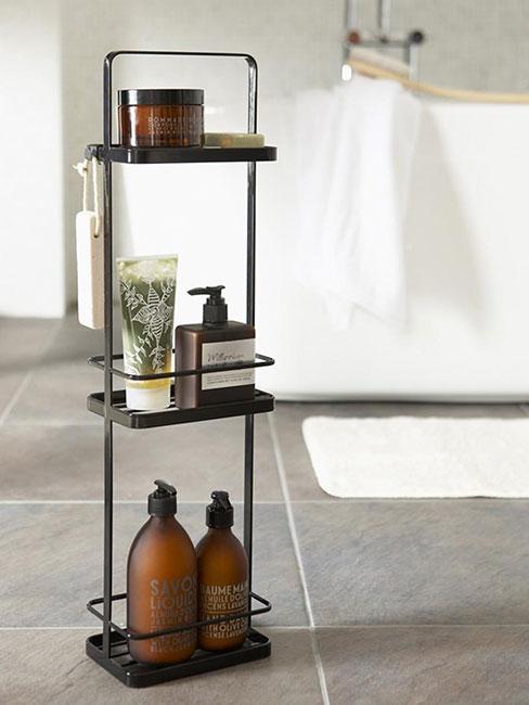 stojąca czarna półka w łazience z kosmetykami