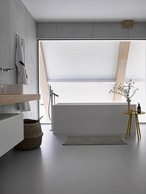nowoczesna minimalistyczna łazienka z dużą wanną