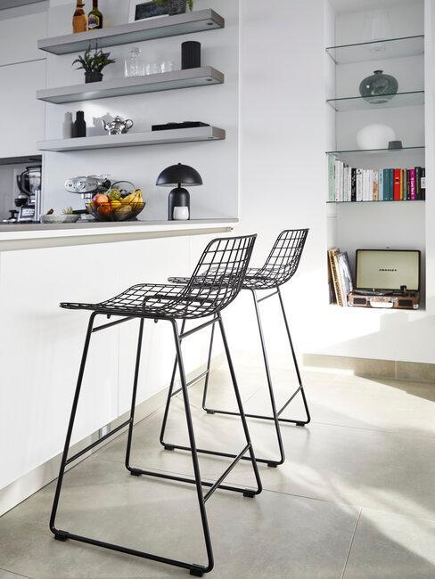 Krzesła przy blacie w kuchni