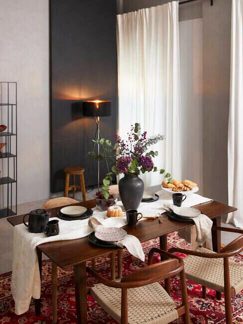 Nakryty stół w jadalni glamour