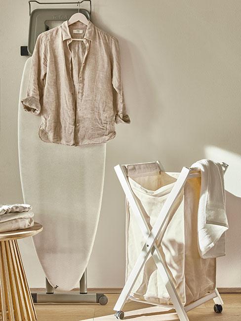 kosz na bieliznę obok koszuli z lnu na wieszaku