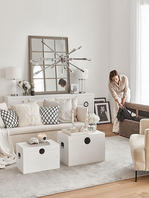 Kpbieta porządkująca w jasnym salonie