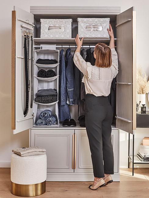kobieta porządkująca w szafie