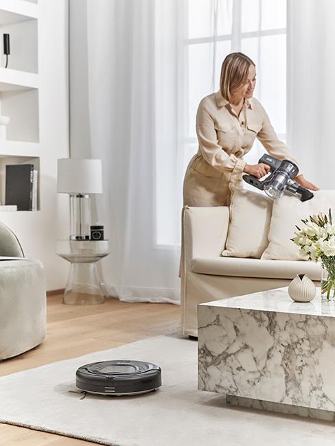 Kobieta czyszcząca sofę