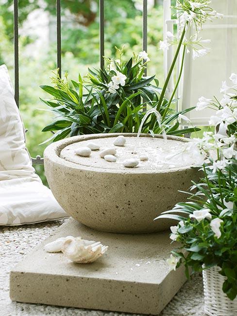 mały ogród zen na balkonie