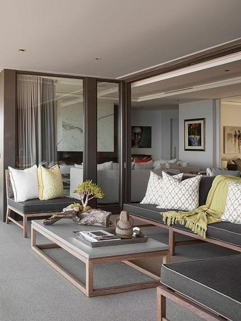 nowoczesny taras z szarą sofą ogrodową