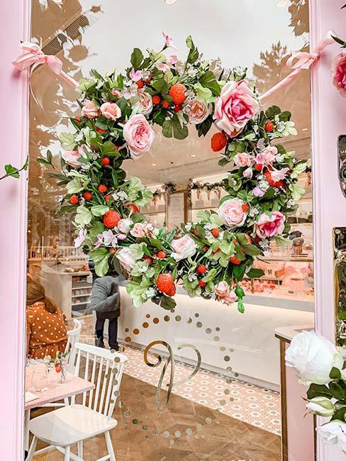 wieniec z róż na oknie kawiarni