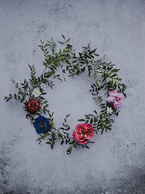 wianek z kwiatów i gałązek bukszpanu