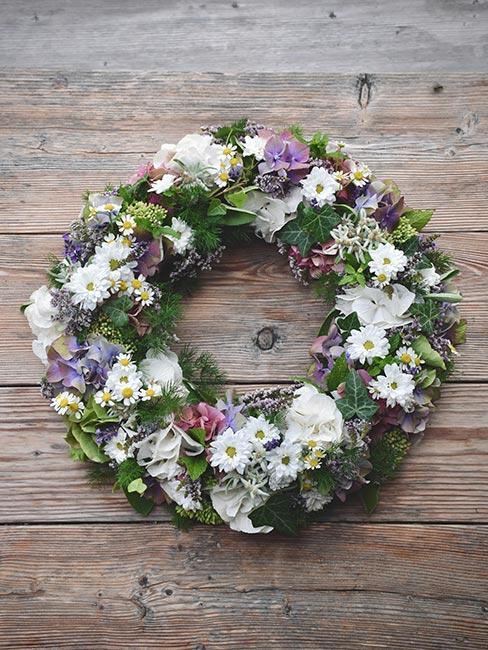 wieniec na drzwi z wiosennymi kwiatami