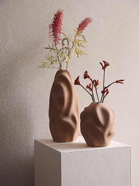 matowe wazony w organicznych kształtach z pojedynczymi kwiatami