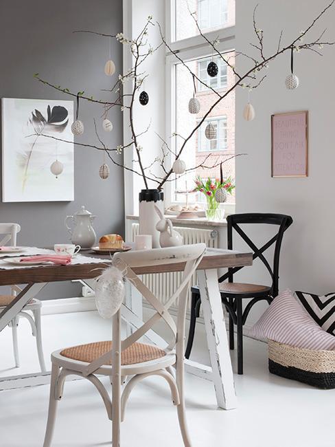 wielkanocny stół w szarym i różu