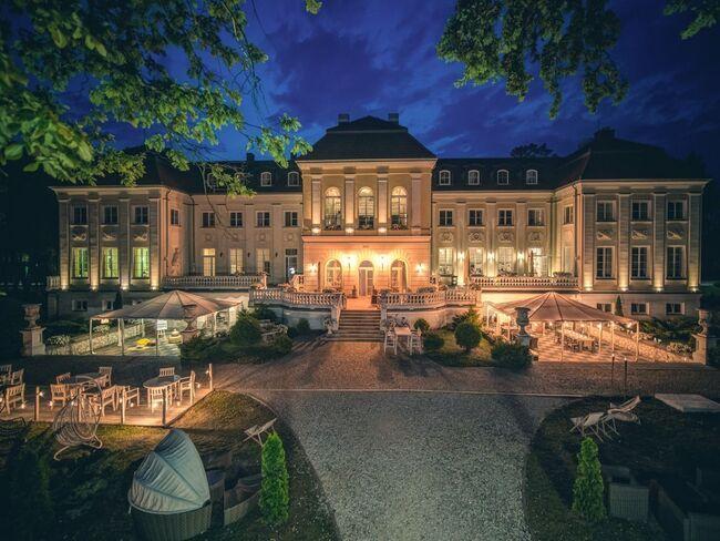 Oświetlony budynek hotelu Pałac Alexandrium