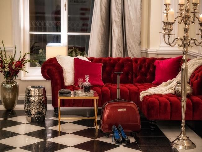 Aksamitna sofa w pokoju hotelowym Pałacu Alexandrium