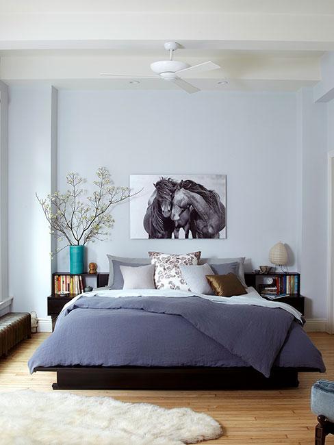duża nowoczesna sypialnia z granatową pościelą w lofcie