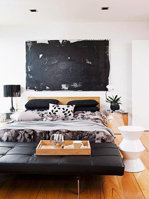 nowoczesna sypialnia z meblami ze skóry i drewnianymi i czarnymi akcentami