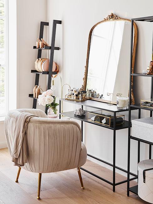 Toaletka z lustrem francuskim i różowym tapicerowanym fotelem
