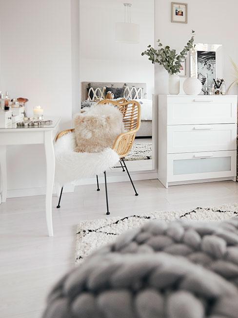 biała toaletka przy ażurowym krześle w białej sypialni wstylu skandynawskim