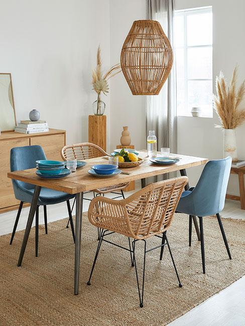 jadalnia w sytlu boho z niebieskimi i brązowymi krzesłami