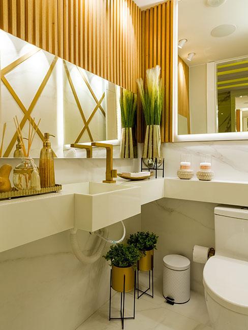mała łazienka w drewnie kilkoma lustrami