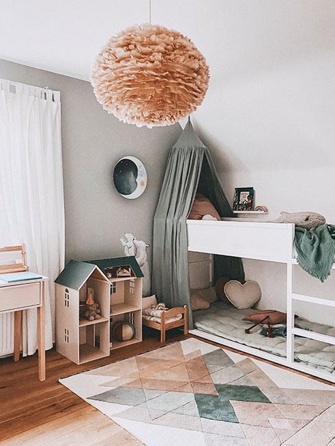 pokój dla rodzeństwa z łóżkiem piętrowym w pastelowych kolorach z lampą z piór