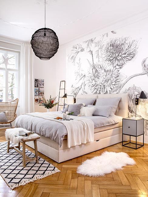 Jasna sypialnia w stylu skandynawskim z tapetą w duże szare kwiaty