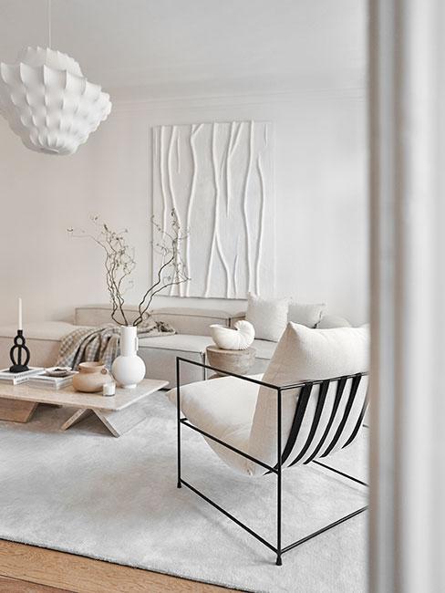 salon w bieli w stylu wabi sabi z naturalnymi meblami i dekoracjami