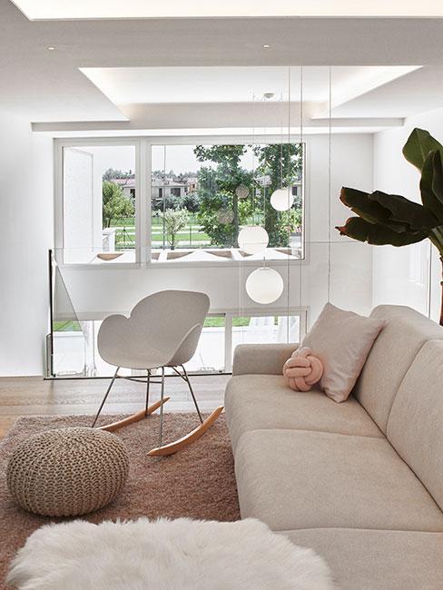 jasny pokój w stylu skandynawskim z małym fotelem na biegunach na antresoli