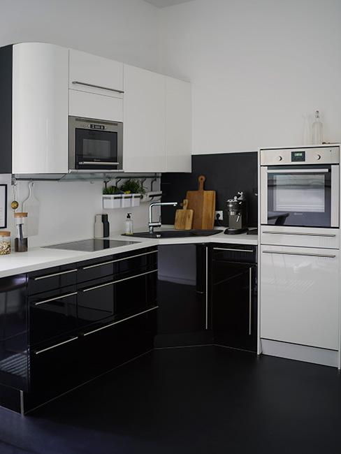 nowoczesna mała kuchnia w czerni i bieli