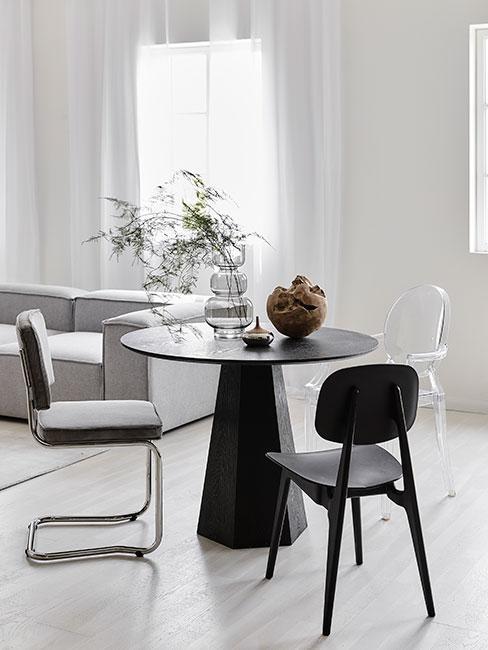 nwowoczesna jadalnia z czarnym okrągłym stołem