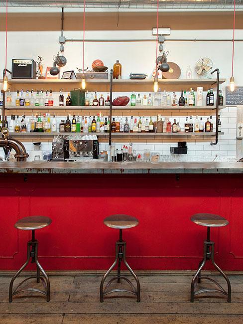 czerwona kuchnia w sytlu industrialnym
