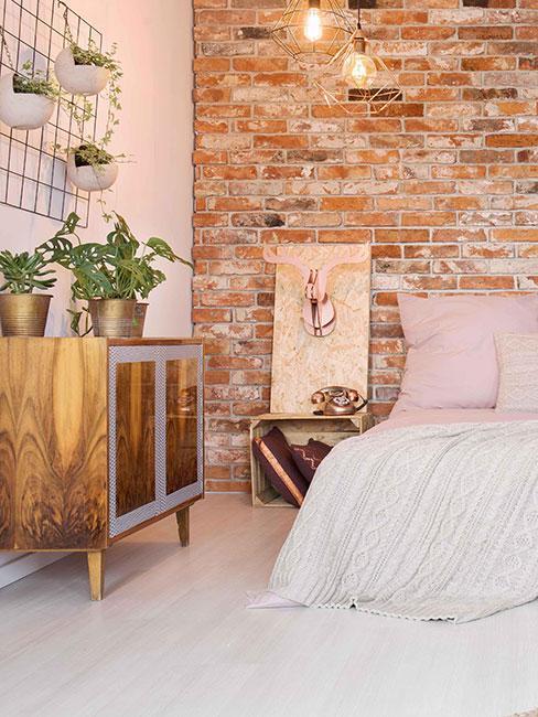 sypialnia w lofcie z cegłą na ścianie i meblami diy
