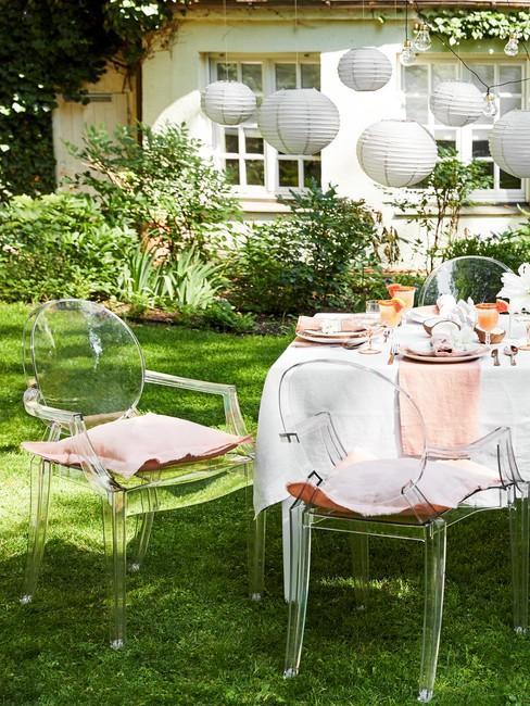 Stół i krzesła w ogrodzie