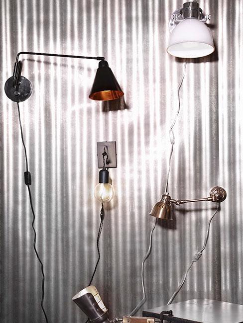 lampy industrialne na blaszanej ścianie