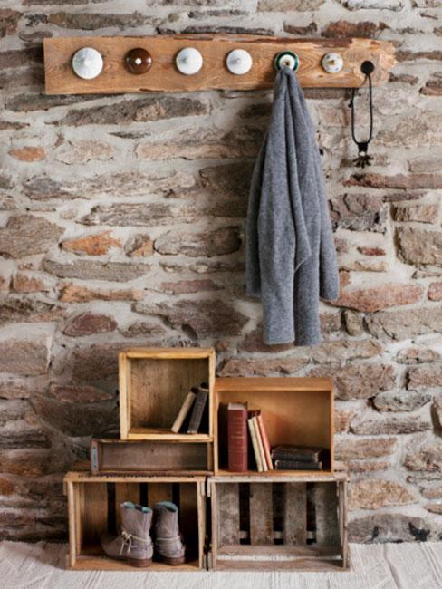 industrialny przedpokój na tle ściany z kamienia