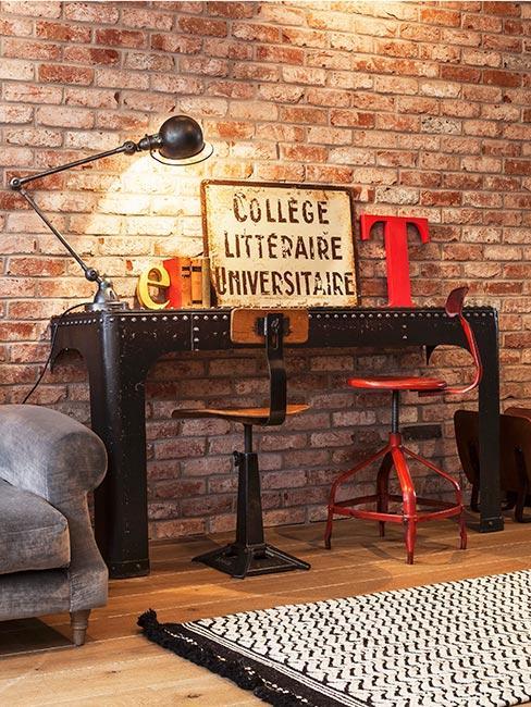 biurko w stylu industrialnym na tle ściany z cegły