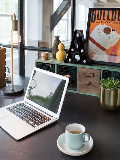 zbliżenie na laption na biurku w stylu industrialnym