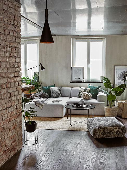 salon z szarą sofą w sytlu industrialnym