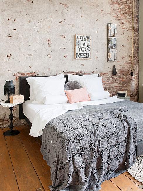 sypialnia z ceglaną ścianą