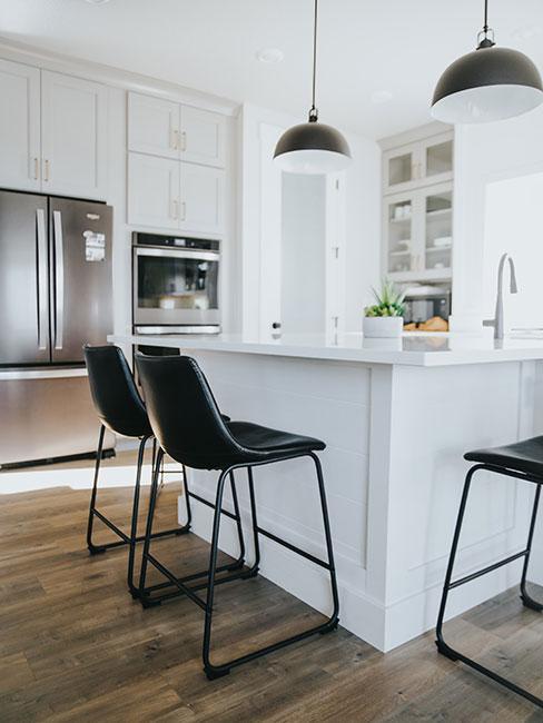 nowoczesna biała kuchnia z czarnymi krzesłami