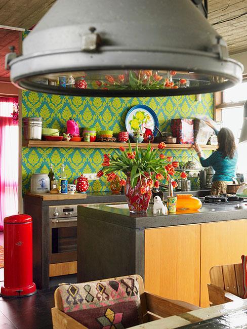 kolorowa kuchnia z industrialną lampą