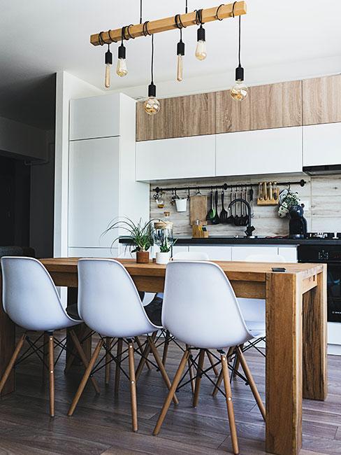 nowoczesna kuchnia z białymi krzeslłmi w sytlu industrialnym