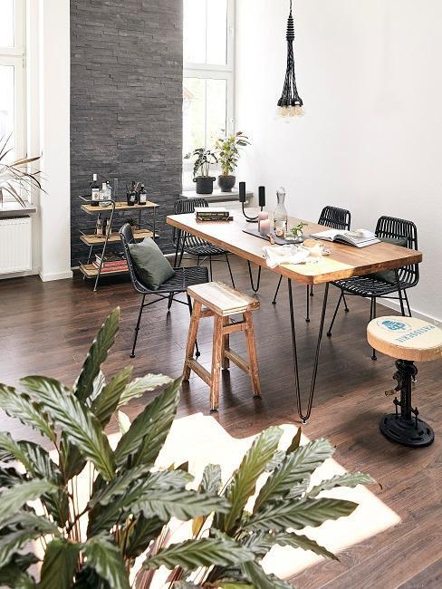 jadalnia w stylu industrialnym z rattanowymi krzesłami