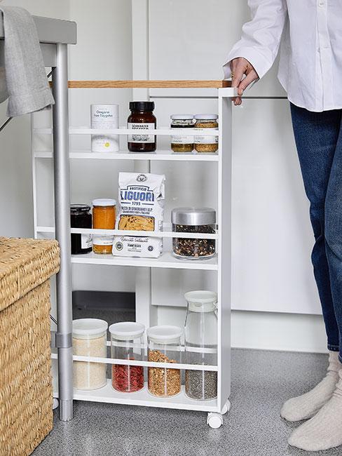 biała szafka do przechowywania w kuchni