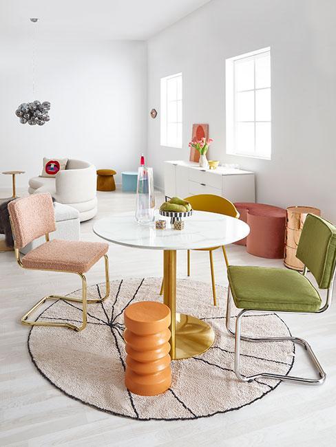 eklektyczna kolorowa jadalnia z okrągłym stołem