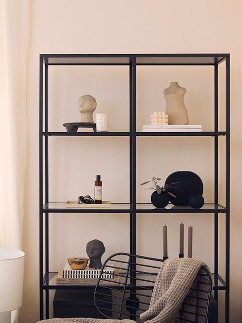 czarny minimalistyczny regał z kiloma dekoracjami
