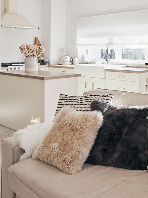 jasny salon z kuchnią w stylu skandynawskim
