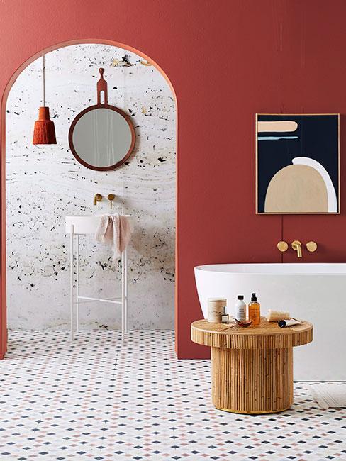 łazienka retro z czerwoną ścianą